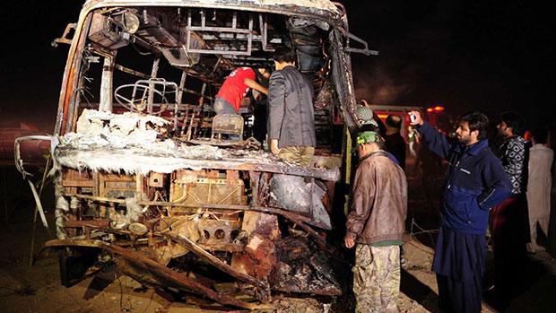صورة مقتل سبعة خمسين شخصا بحادث سير قرب مدينة كراتشي الباكستانية