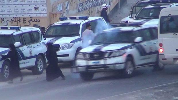 صورة اختطاف شاب بحريني من يد أمه من قبل قوات الأمن في البحرين
