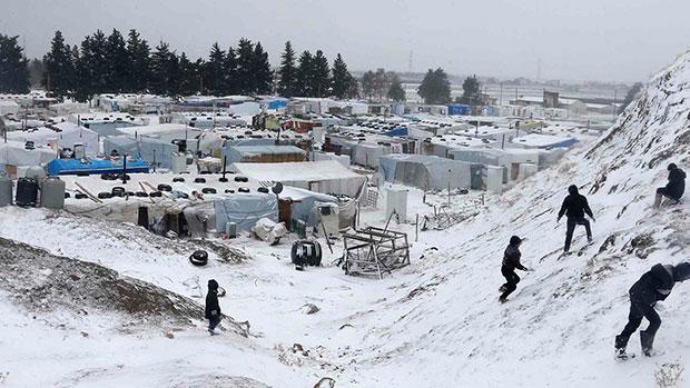 Photo of الاف العوائل النازحه في سوريا والعراق يعانون من شدة البرد الشتاء