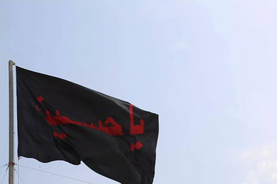 صورة فيديو.. القطيف ترفع أكثر من عشرة آلاف راية حُسينية على منازلها وفي شوارعها
