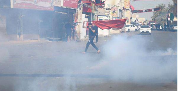 صورة السلطات تعتدي على الشعائر الحسينية في البحرين واشتباكات بين قوات النظام والمتظاهرين الذين يحملون الرايات الحسينية