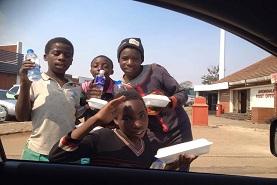 صورة تقرير مصور: حملة من هو الحسين توزع الاغذية والعصائر في زيمبابوي