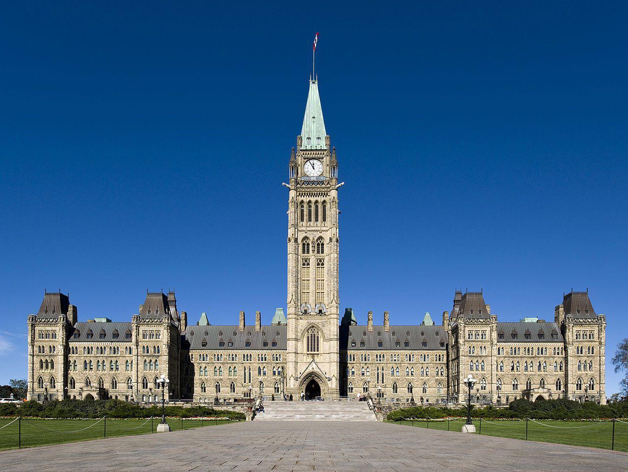 صورة وكيل المرجع الشيرازي  يلتقي بنائب  في البرلمان الكندي ويناقش اوضاع الشيعة هناك