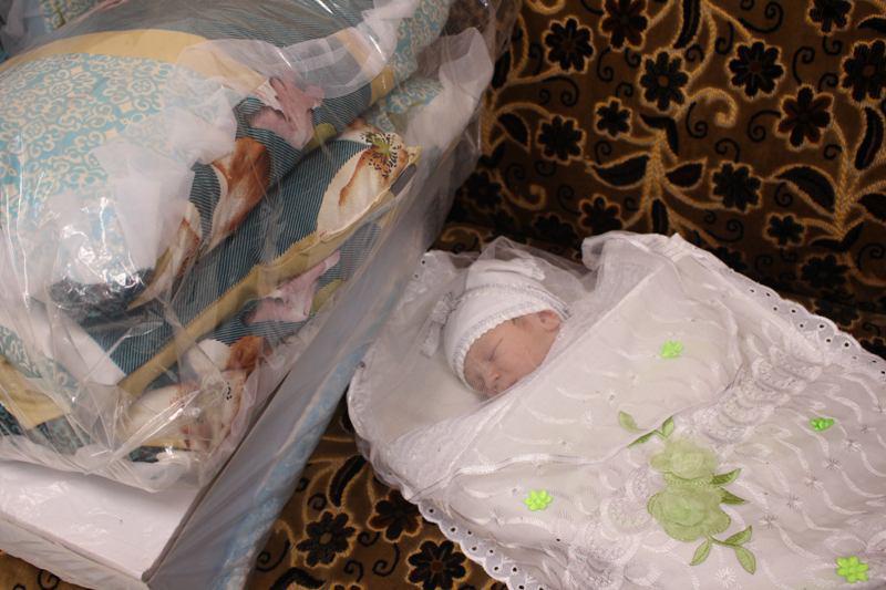 صورة العتبة العلوية المقدسة تقدم الهدايا على المواليد الجدد بمناسبة ولادة الأقمار المحمدية