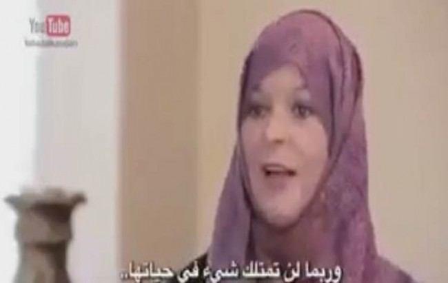 """صورة أوروبية تعتنق الاسلام بعد أن سألت مسلمة فقيرة: """"لماذا تصومين؟"""
