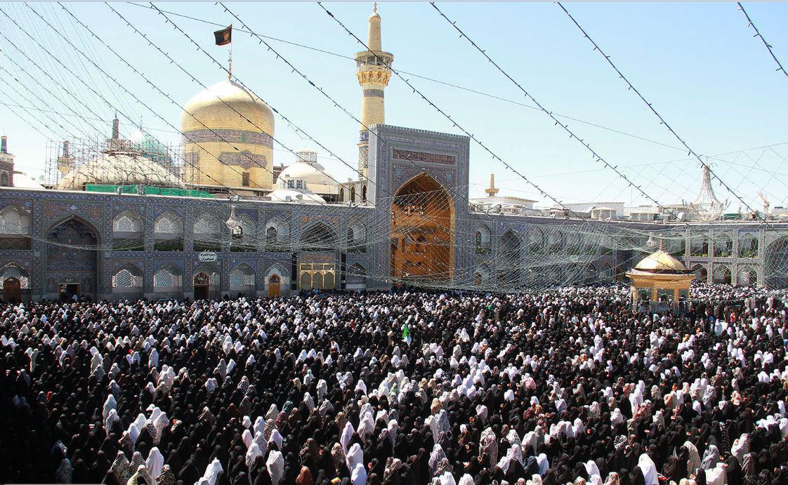 صورة مئات الالاف من الشيعة يحيون يوم 23 ذو القعدة في حرم الامام الرضا عليه السلام
