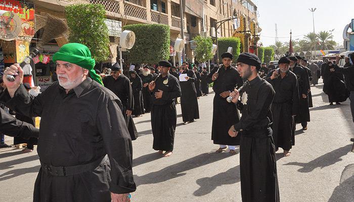 صورة انتشار مئات المواكب الحسينية بالقرب من مرقدي الإمام الحسين وأخيه العباس عليهما السلام