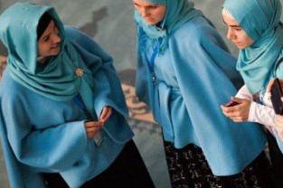 صورة إرتداء الحجاب رغم حظره في کازاخستان