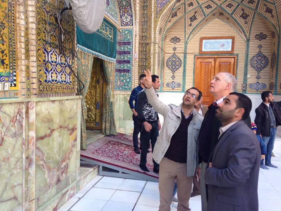 صورة أكاديمي أمريكي بعد زيارته إلى العتبة العلوية: مرقد الإمام علي عليه السلام خير مكان للتعايش السلمي
