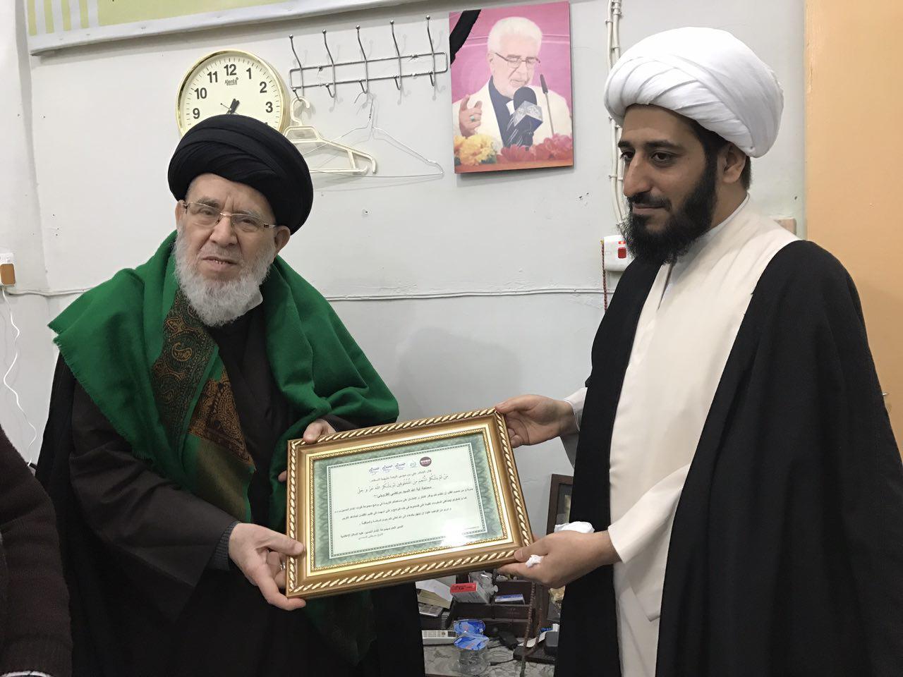 صورة ادارة قنوات الامام الحسين عليه السلام  الفضائية تكرم امام الجماعة في الحرم الحسيني الشريف