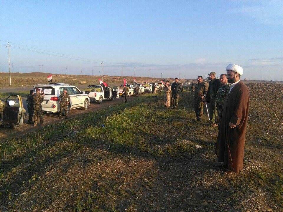 صورة بالتعاون مع المراكز الخيرية في البصرة وكيل المرجع الشيرازي يرسل قافلة من المساعدات الى قوات الحشد الشعبي في الموصل