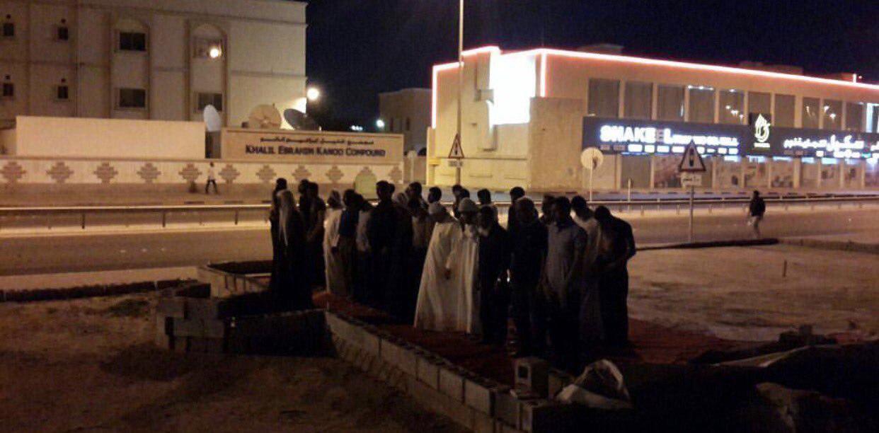 صورة إقامة صلاة جماعة في موقع مسجد العلويات المهدَّم وفي مسجد الإمام الهادي عليه السلام بنويدرات في البحرين