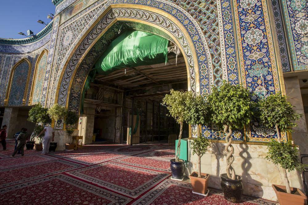 صورة ملاكات مشتل الكفيل ترسم لوحة زهرية على مدخل باب قبلة ابي الفضل العباس عليه السلام + صور