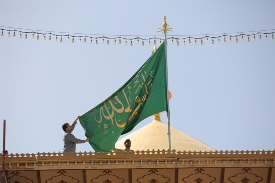 صورة تجميل سارية راية أمير المؤمنين عليه السلام برمانة ذهبية تزامنا مع الاحتفال بالولادة الصديقة الطاهرة