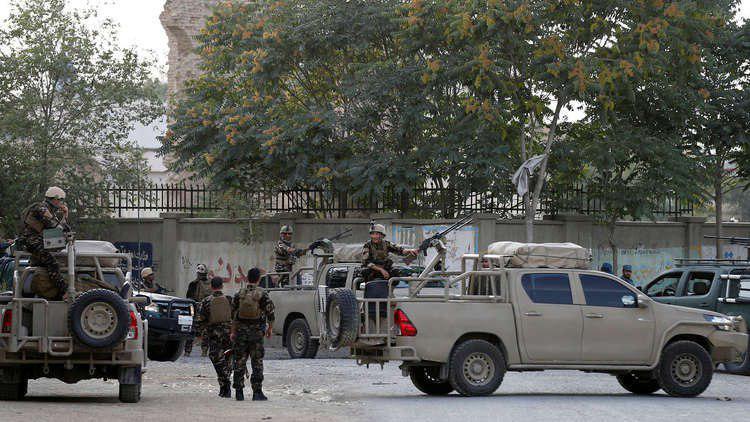 صورة قيادي و150 مسلحا في داعش الارهابي يسلمون أنفسهم في أفغانستان