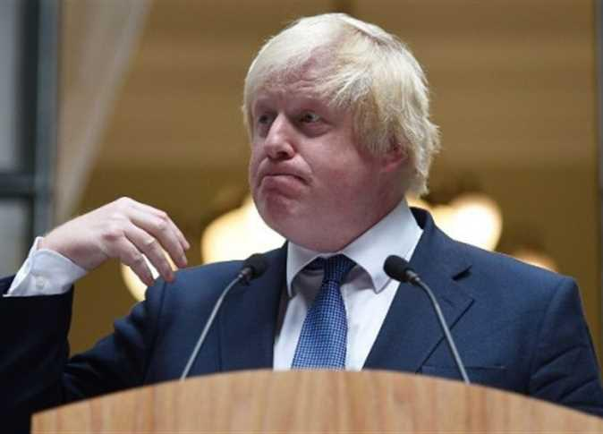 صورة وزير بريطاني يسخر من مسلمات يرتدين البرقع