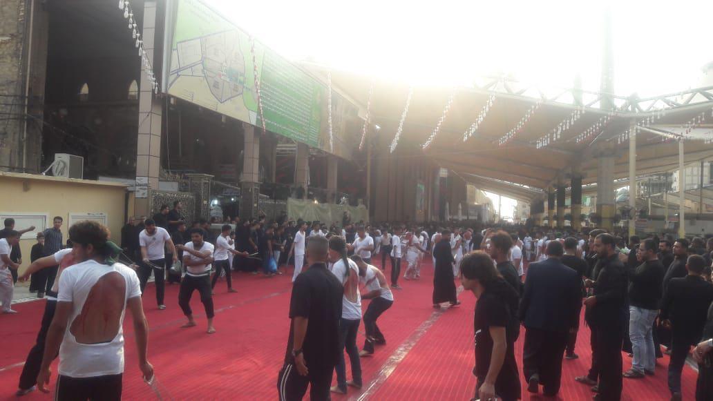 صورة بالصور.. مدينة النجف الأشرف تشهد خروج مواكب عزاء الزنجيل استذكارا لفاجعة عاشوراء