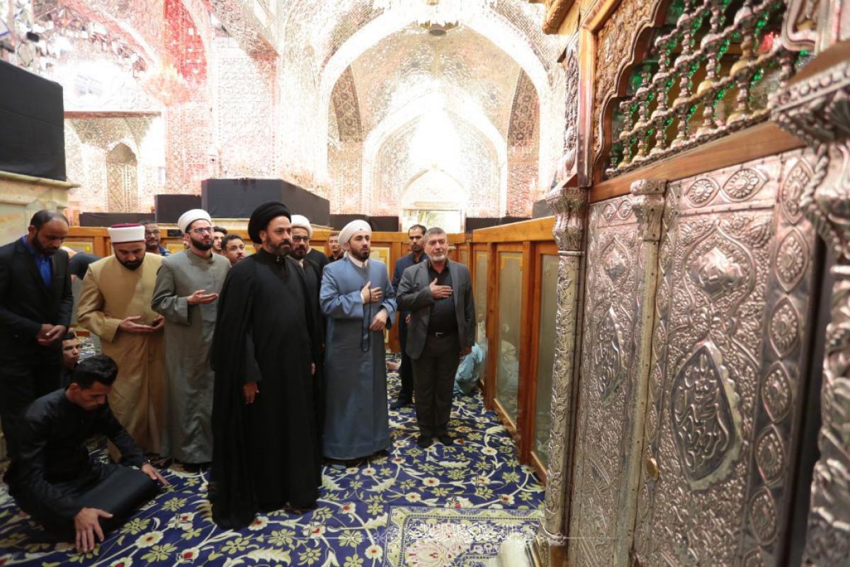 صورة وفد علماء الدين في الفلوجة يتشَّرف بزيارة مسجد الكوفة المعظم والمراقد الطاهرة جواره