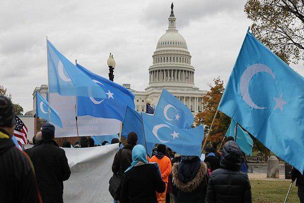 صورة تظاهرة احتجاجية أمام الكونغرس رفضاً لممارسات الصين بحق الأويغور
