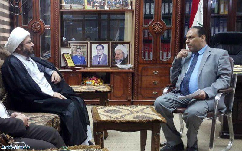 صورة ممثّل مكتب المرجع الشيرازي في النجف الاشرف يلتقي عميد جامعة الفقه بالكوفة