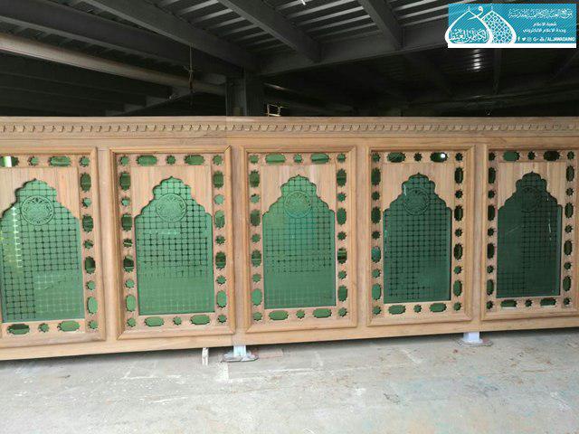 صورة قسم النجارة في العتبة الكاظمية  المقدسة ينجز قواطع الحرم الشريف وتجيهزه بالمكتبات