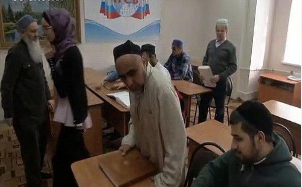 """Photo of مسلمون مكفوفون يتعلمون القرآن بطريقة """"برايل"""" في روسيا"""