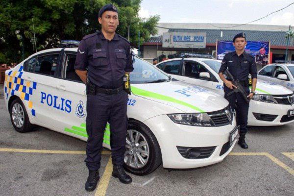 صورة الشرطة المالیزیة تتعقب اشخاص قاموا بالاساءة للنبي صلى الله عليه واله