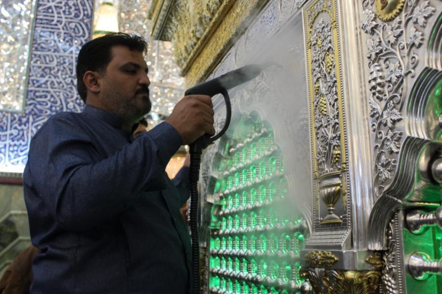 صورة الأعمال الخاصة بجلي الشباك الطاهر لمرقد أمير المؤمنين عليه السلام (صور)