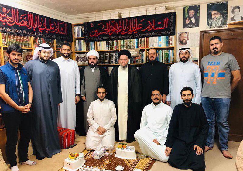 صورة نجل المرجع الشيرازي يلتقي جمع من الشباب في الكويت