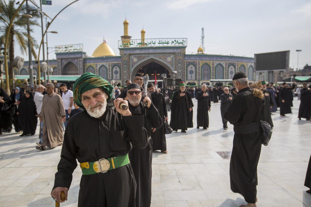 صورة مواكبُ العزاء تفدُ لمرقد الإمام الحسين وأخيه العبّاس عليهما السلام لتعزيتهما بذكرى شهادة السيدة زينب (صور)