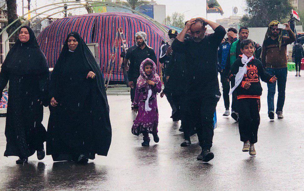 صورة الصور .. الزائرون يواصلون زحفهم صوب الكاظمية المقدسة لاحياء شهادة لامام الكاظم عليه السلام وسط زخات مطر