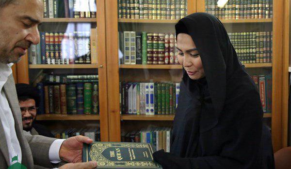 صورة سيدة بوذية تعتنق الإسلام في مرقد الامام الرضا عليه السلام  بمشهد المقدسة
