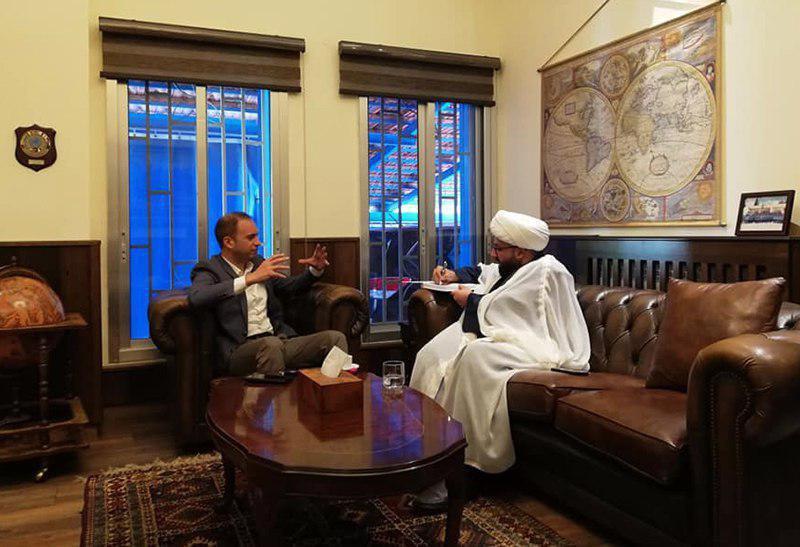 صورة أحد وكلاء المرجع الشيرازي في لبنان يلتقي محافظ بعلبك