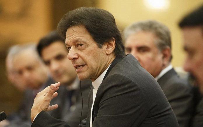 صورة رئيس الوزراء الباكستاني يحذر من تطهير عرقي ضد المسلمين في كشمير