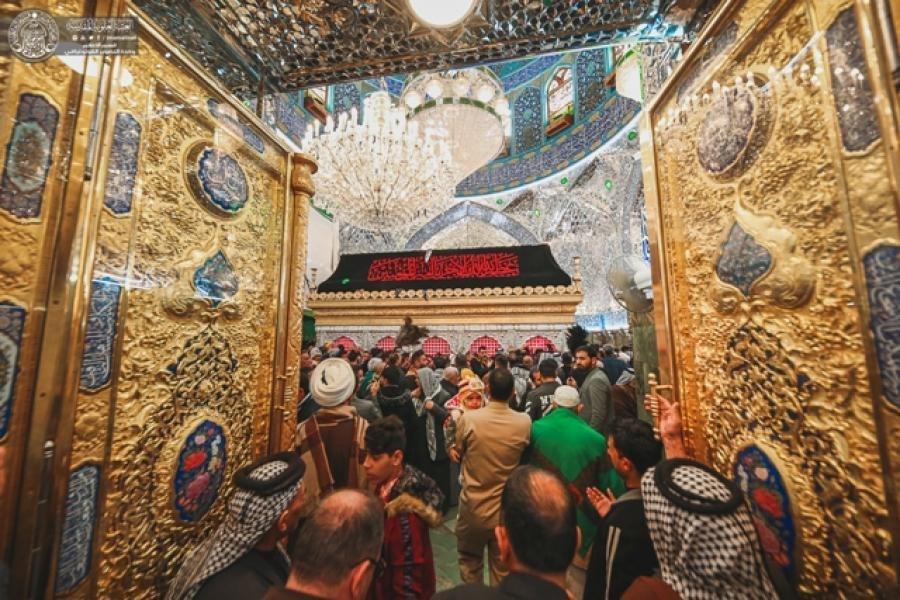 صورة المؤمنون يحيون ذكرى شهادة السيدة فاطمة الزهراء من جوار مرقد أمير المؤمنين عليهما السلام  (صور)