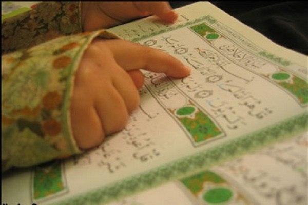 صورة كفيفة تبدع في حفظ القرآن بمترو السيدات في مصر