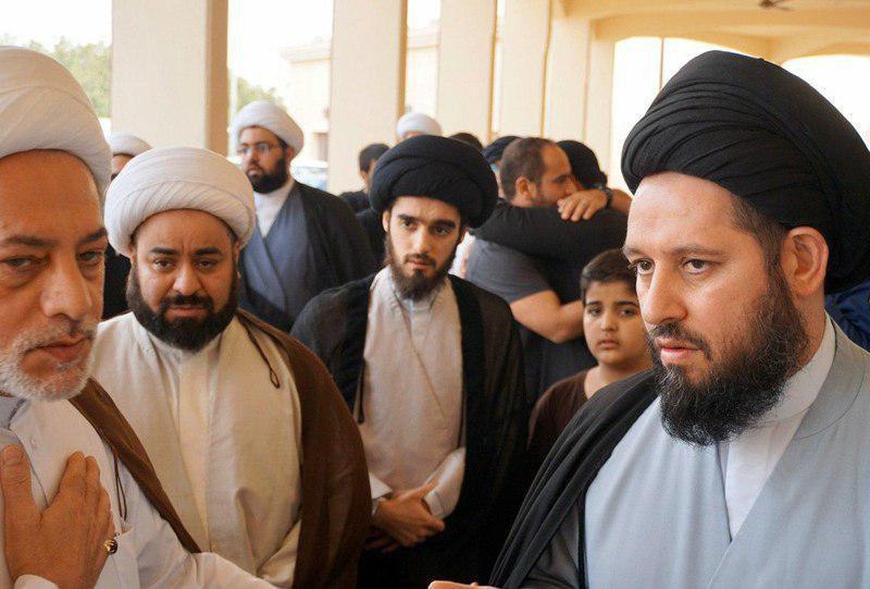صورة نجل المرجع الشيرازي يقدم التعازي لآل الحائري في الكويت