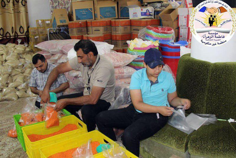 صورة توزيع العشرات من سلال المواد الغذائية من قبل مؤسسة السيّدة فاطمة الزهراء على المتعفّفين في كربلاء المقدسة