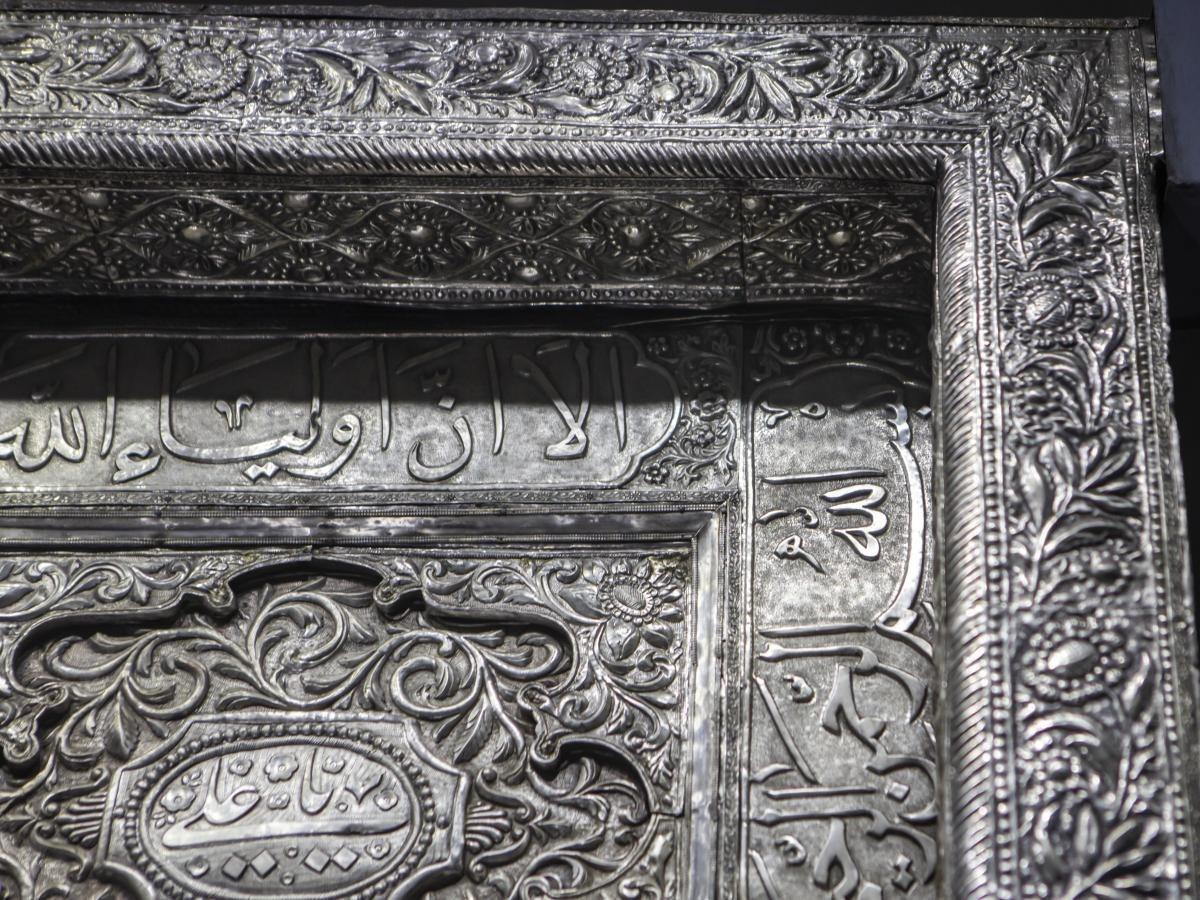 صورة تفاصيل عن تاريخ  باب السرداب المؤدّي لقبر أبي الفضل العبّاس عليه السلام  (صور)