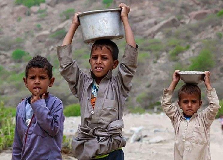 صورة الصليب الأحمر يحذر من عدم امتلاك غالبية اليمنيين لأي طعام