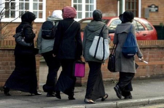 صورة استثناء بريطاني.. مسلمات يبلغن أعلى المناصب وهن يرتدين الحجاب