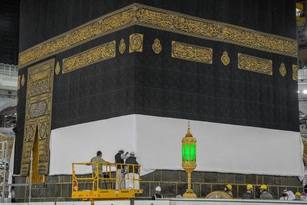 صورة رفع كسوة الكعبة المشرفة استعداداً لموسم الحج (صور)