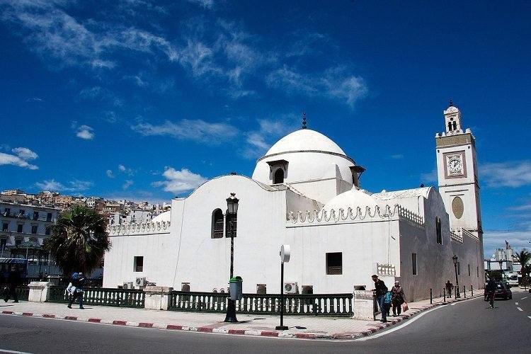صورة الرئيس الجزائري يوجه بفتح تدريجي للمساجد بعد نحو 4 أشهر من الإغلاق