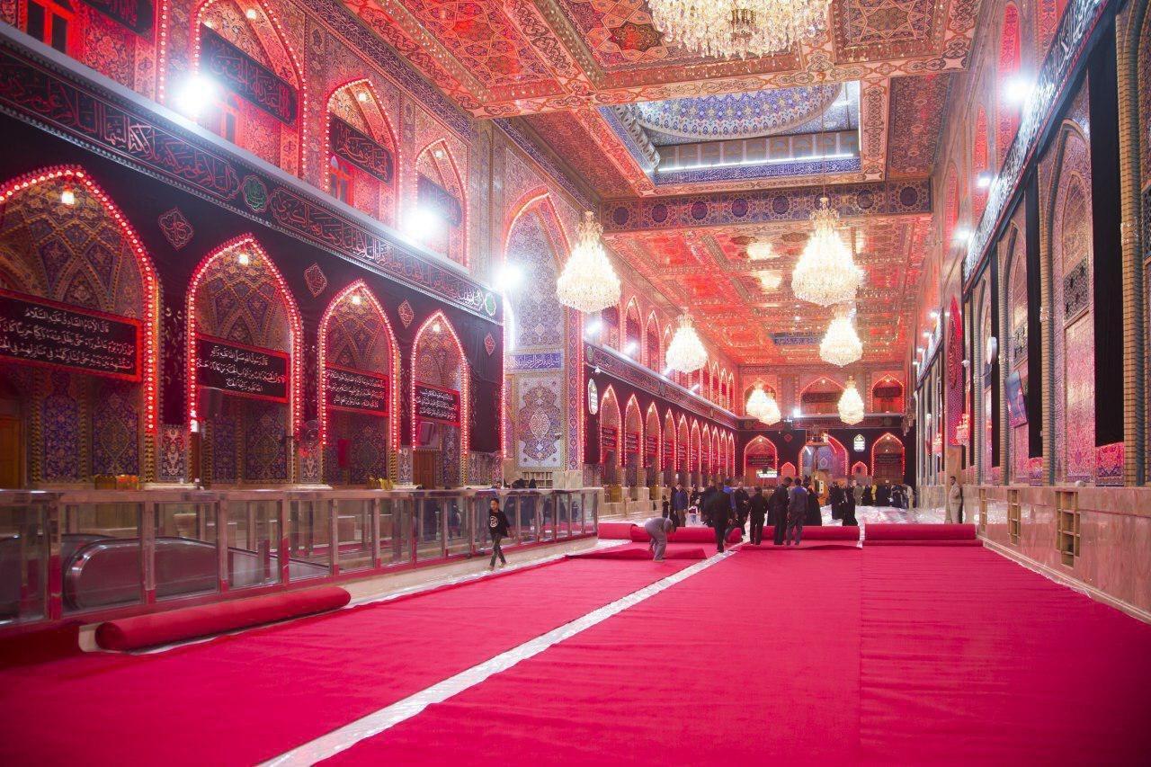 Photo of فرش أرضية الصحن الحسيني الشريف بالسجاد الأحمر استعداداً لمراسيم عاشوراء