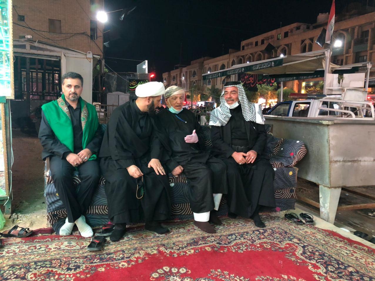 صورة وفد من مجموعة الإمام الحسين عليه السلام الإعلامية يجري جولة على المواكب والهيئات الحسينية في كربلاء المقدسة