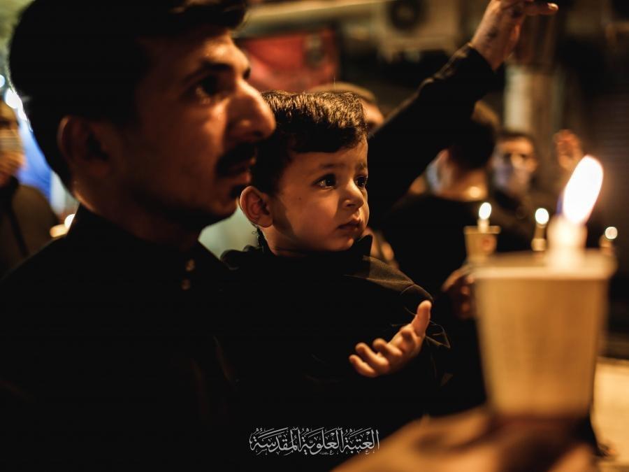 صورة بالصور .. المؤمنون يحيون ليلة الحادي عشر (ليلة الغربة) بإشعال الشموع بجوار مرقد أمير المؤمنين عليه السلام