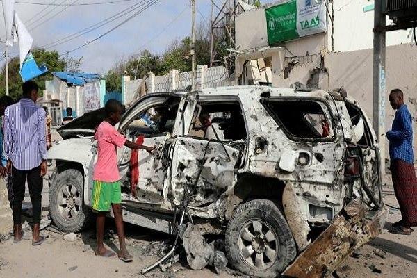 صورة قتلى وجرحى بتفجير انتحاري أمام مسجد جنوب الصومال