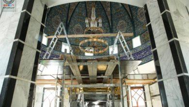 صورة أمانة مسجد الكوفة تنصِّب ثريات جديدة وشبابيك خشبية مزخرفة في مسجد الحمراء