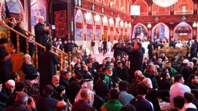 صورة عند مرقدَيْ الإمام الحسين وأخيه أبي الفضل عليهما السلام شعراءُ ورواديد كربلاء يودّعون موسم الأحزان