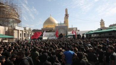صورة الجموع المعزية تواصل تدفقها صوب مرقد الإمامين العسكريين عليهما السلام في سامراء (صور)
